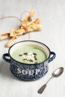 Kalte Zucchini Joghurt Suppe serviert mit Brotstangen von Sweets and Lifestyle