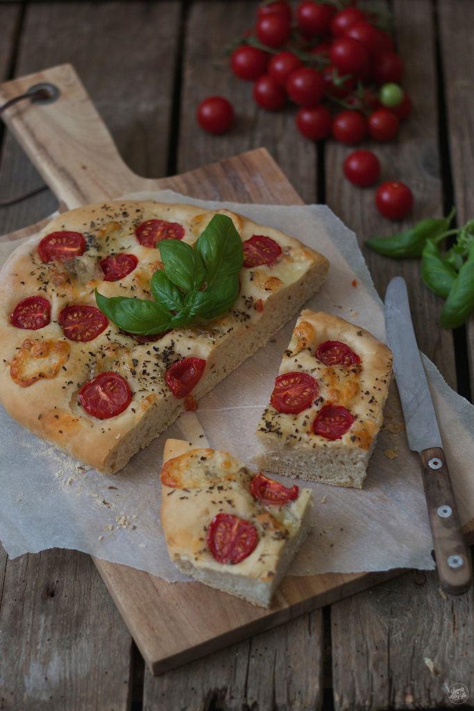 Koestliche Focaccia mit Mozzarella und Tomaten von Sweets and Lifestyle