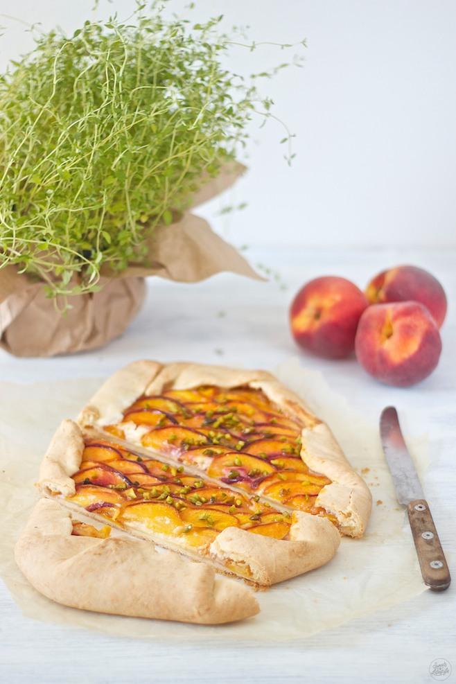 Koestliche fruchtig frische Pfirsich Galette mit Thymian und Pistazien nach einem Rezept von Sweets and Lifestyle