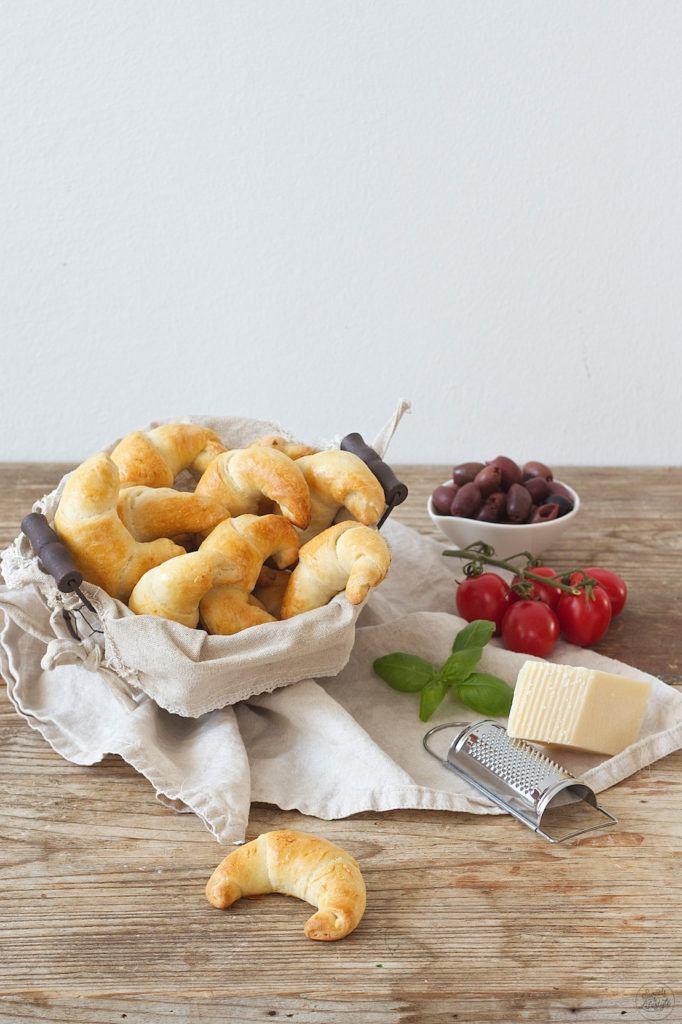 Koestliche selbst gemachte pikante Kipferl mit mediterraner Füllung nach einem Rezept von Sweets and Lifestyle