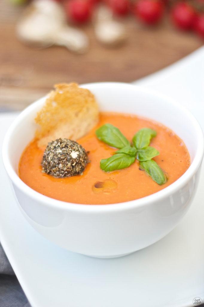 Leckere Kalte Tomaten-Gurken-Suppe mit Tomaten aus dem eigenen Garten von Sweets and Lifestyle