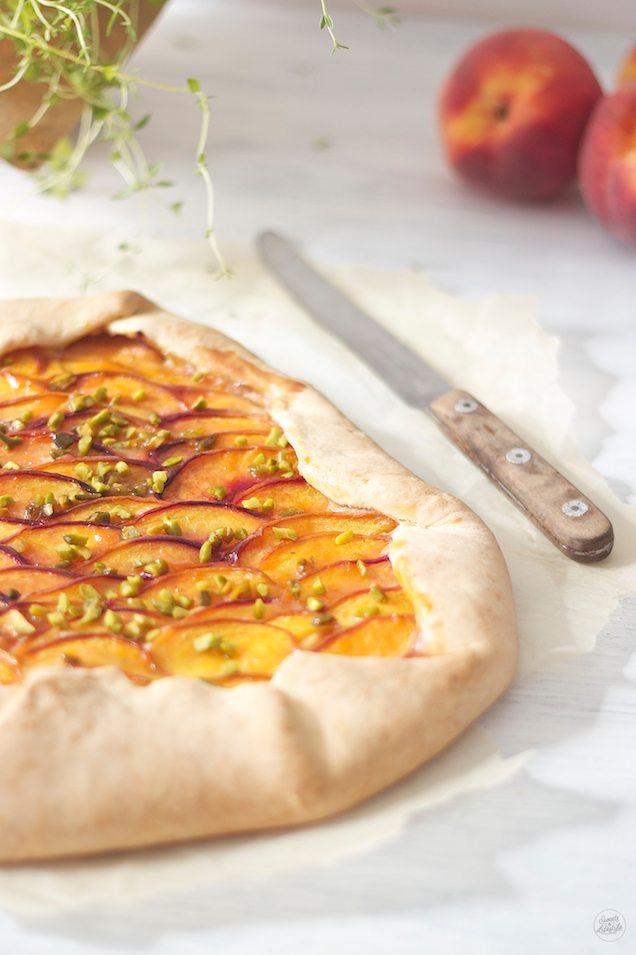 Leckere sommerliche Pfirsich Galette mit Thymian und Pistazien von Sweets and Lifestyle