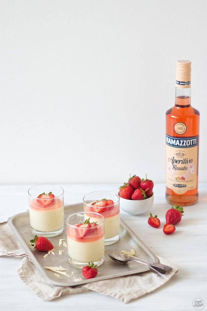 Leckeres weißes Schokomousse mit Ramazzotti Aperitivo Rosato und Erdbeeren kreiert von Sweets and Lifestyle