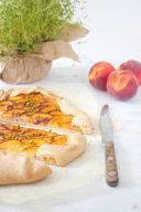 Leckere Pfirsich Galette mit Thymian und Pistazien bereit zum Servieren von Sweets and Lifestyle