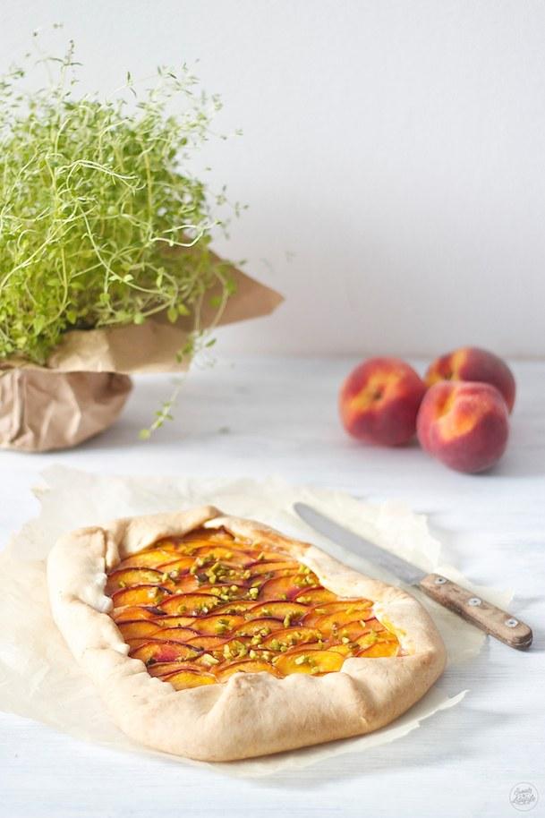 Fruchtig frische Pfirsich Galette mit Thymian und Pistazien von Sweets and Lifestyle