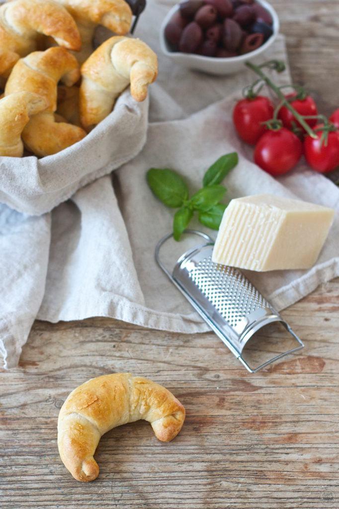 Pikante Kipferl mit mediterraner Füllung fürs Picknick nach einem Rezept von Sweets and Lifestyle