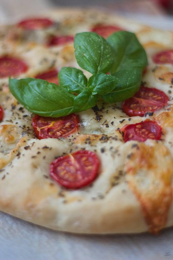 Selbst gemachte Focaccia mit Mozzarella und Tomaten aus dem eigenen Garten von Sweets and Lifestyle