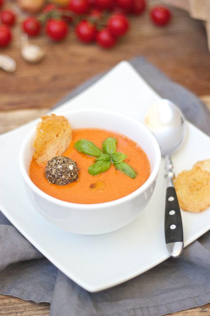 Selbst gemachte Kalte Tomaten-Gurken-Suppe mit Tomaten aus den eigenen Garten von Sweets and Lifestyle