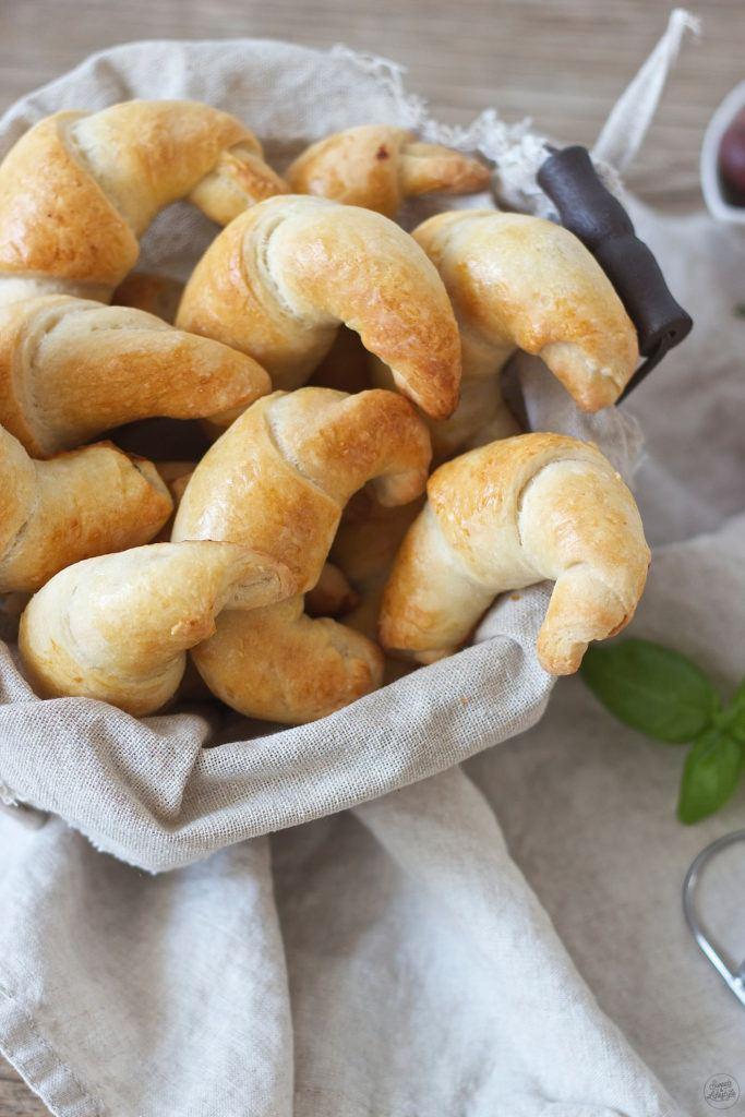 Selbst gemachte pikante Kipferl mit mediterraner Füllung nach einem Rezept von Sweets and Lifestyle