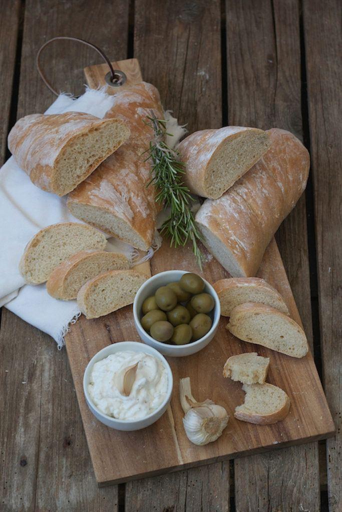 Selbst gemachtes Rosmarin Baguette serviert mit mallorquinischem Aioli von Sweets and Lifestyle