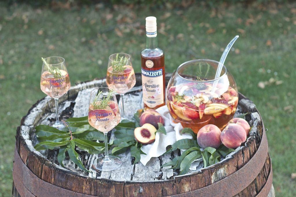 Sommerliche Pfirsich Bowle mit Ramazzotti Aperitivo Rosato serviert von Sweets and Lifestyle