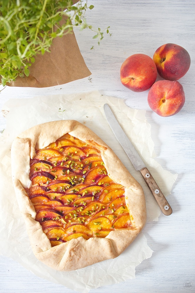 Sommerliche herrlich fruchtige Pfirsich Galette mit Thymian und Pistazien von Sweets and Lifestyle