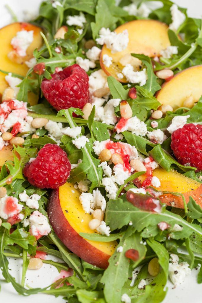 Sommerlicher Pfirsichsalat mit Rucola Feta und Himbeeren als Beilage zum Grillen von Sweets and Lifestyle