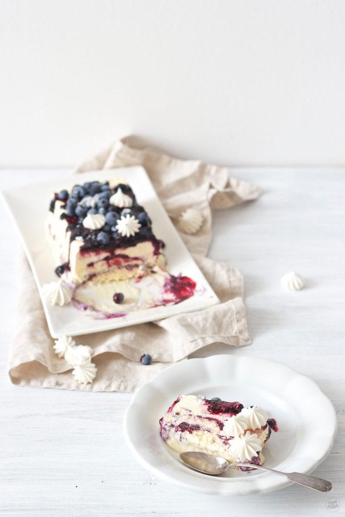 Ein wahr gewordener Dessertraum ist das Weiße Schokoparfait mit Heidelbeeren und Baiser serviert von Sweets and Lifestyle
