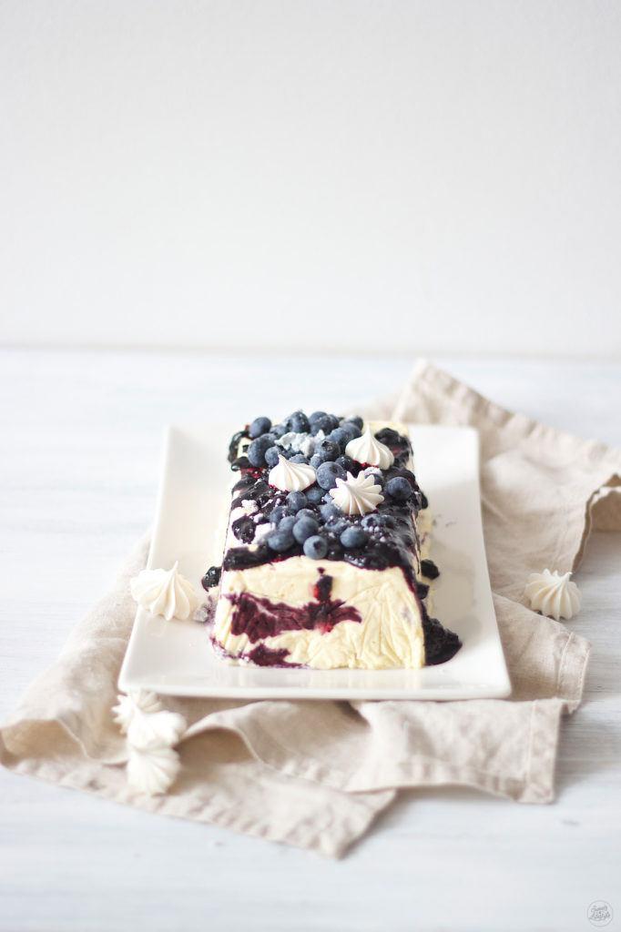 Koestliches Weißes Schokoparfait mit Heidelbeeren und Baiser von Sweets and Lifestyle