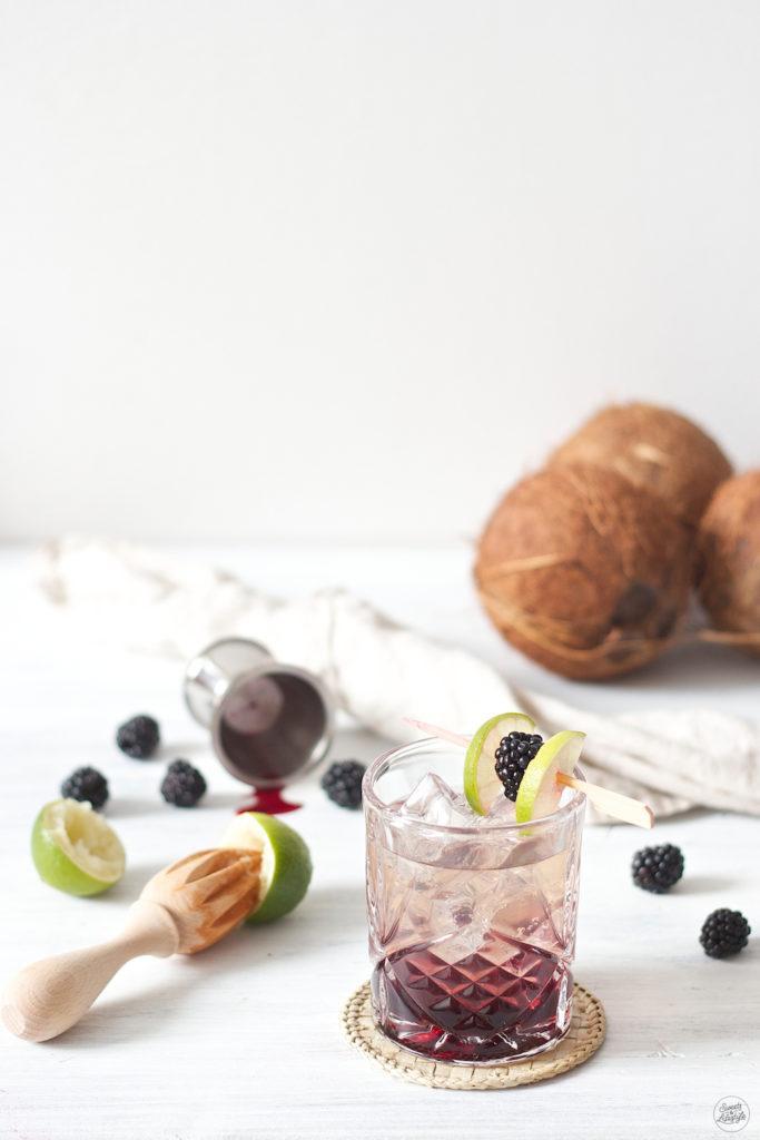 Köstlicher Blackberry Coconut Cocktail mit Tequila und Kokowasser von Sweets & Lifestyle