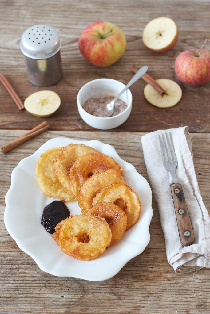 Gebackene Apfelringe mit Zimtzucker serviert von Sweets & Lifestyle