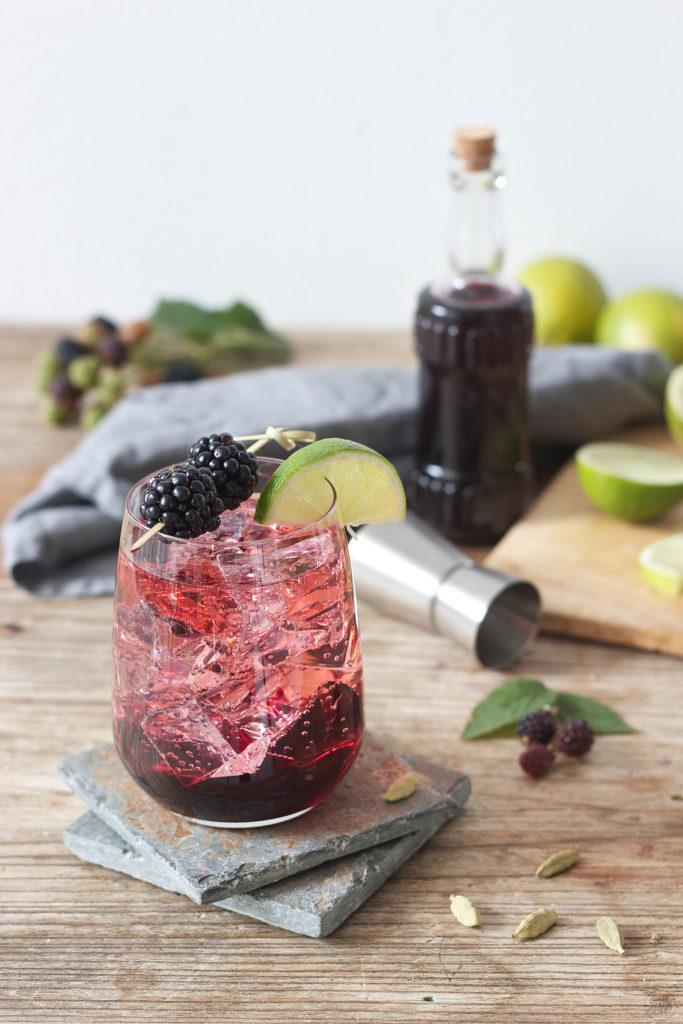 Gin Blackberry Cocktail mit Kardamom und Lemon Mint von Sweets and Lifestyle