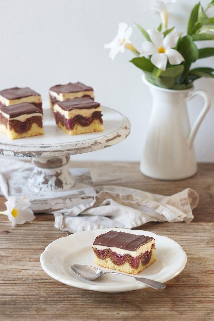 Klassische Donauwellen mit Weichseln, Buttercreme und Schokoladeglasur von Sweets & Lifestyle