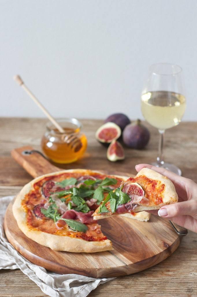Koestliche Pizza mit Feigen Prosciutto Rucola und Honig von Sweets & Lifestyle
