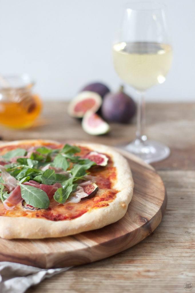 Leckere Pizza mit Feigen Prosciutto und Rucola und Honig von Sweets and Lifestyle