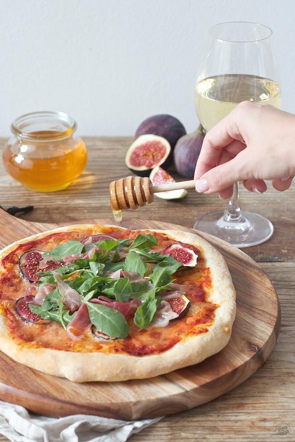 Knusprige Pizza mit Feigen Prosciutto Rucola und Honig von Sweets & Lifestyle