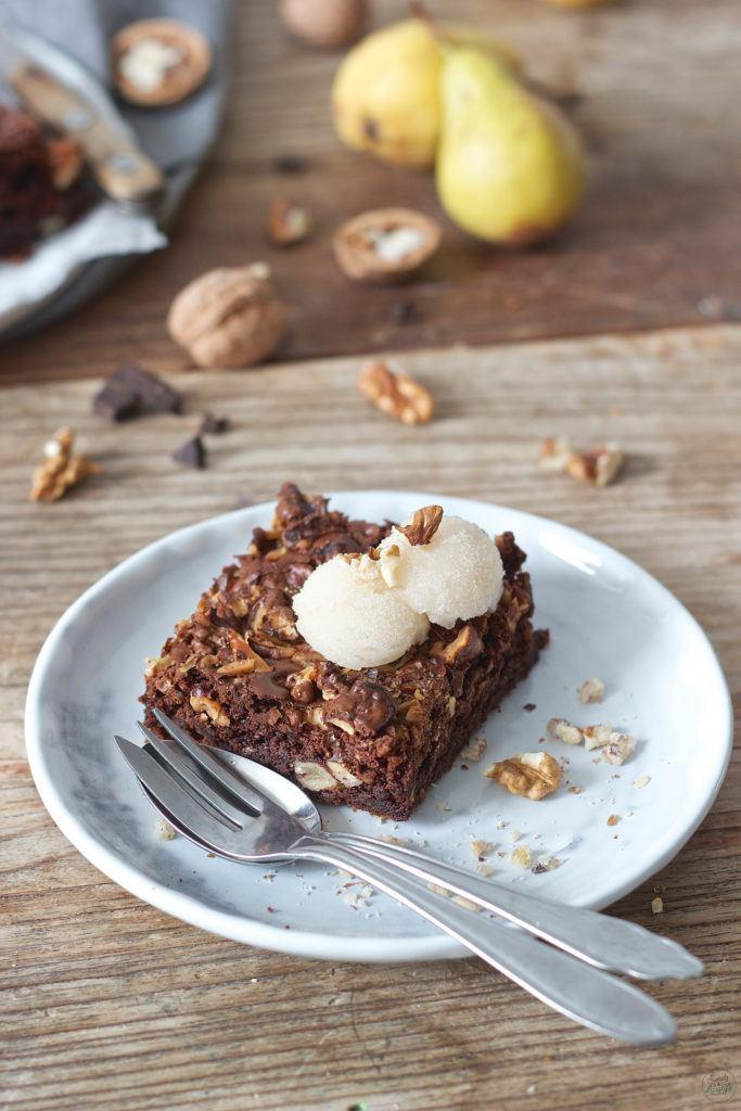 Koestliche Walnuss Brownies mit Birnensorbet serviert als Dessert von Sweets and Lifestyle