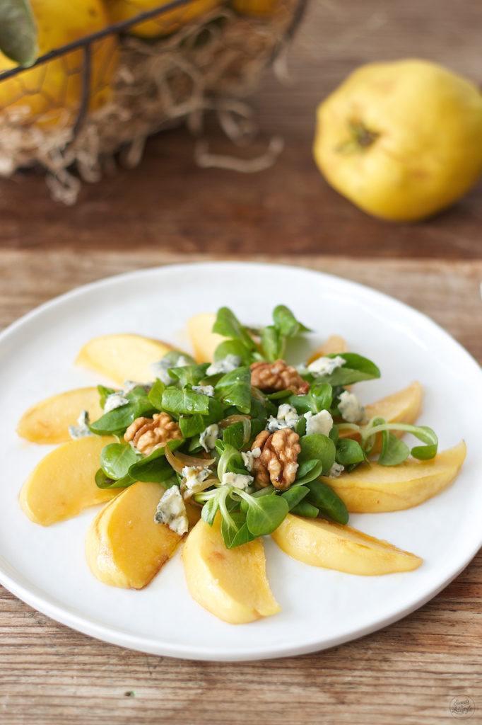 Herbstlicher Vogerlsalat mit karamellisierten Quittenspalten, Blauschimmelkäse und Walnüssen serviert von Sweets & Lifestyle®