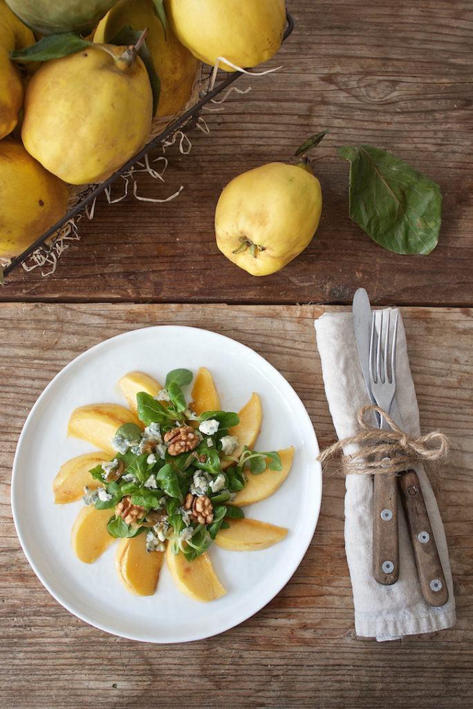Herbstlicher Vogerlsalat mit karamellisierten Quittenspalten, Blauschimmelkäse und Walnüssen von Sweets & Lifestyle®