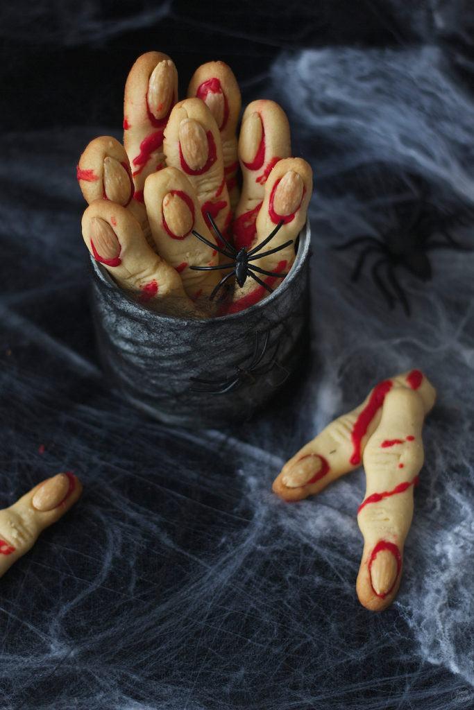 Gruselige, leckere Hexenfinger aus Mürbteig als Halloweensnack von Sweets & Lifestyle