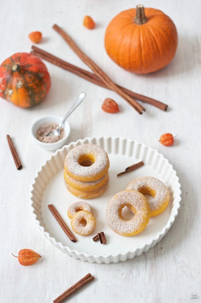 Saftige Kürbis Donuts mit Pumpkin Spice Zucker bestreut von Sweets & Lifestyle®