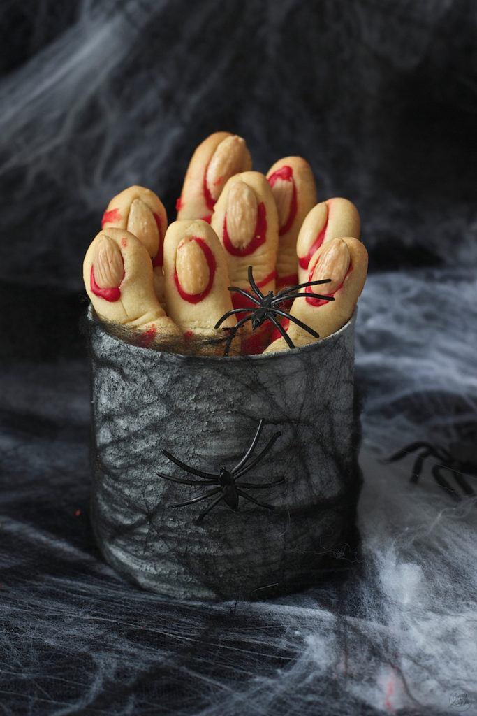 Leckere, gruselige Hexenfinger als süßer Snack zu Halloween von Sweets & Lifestyle