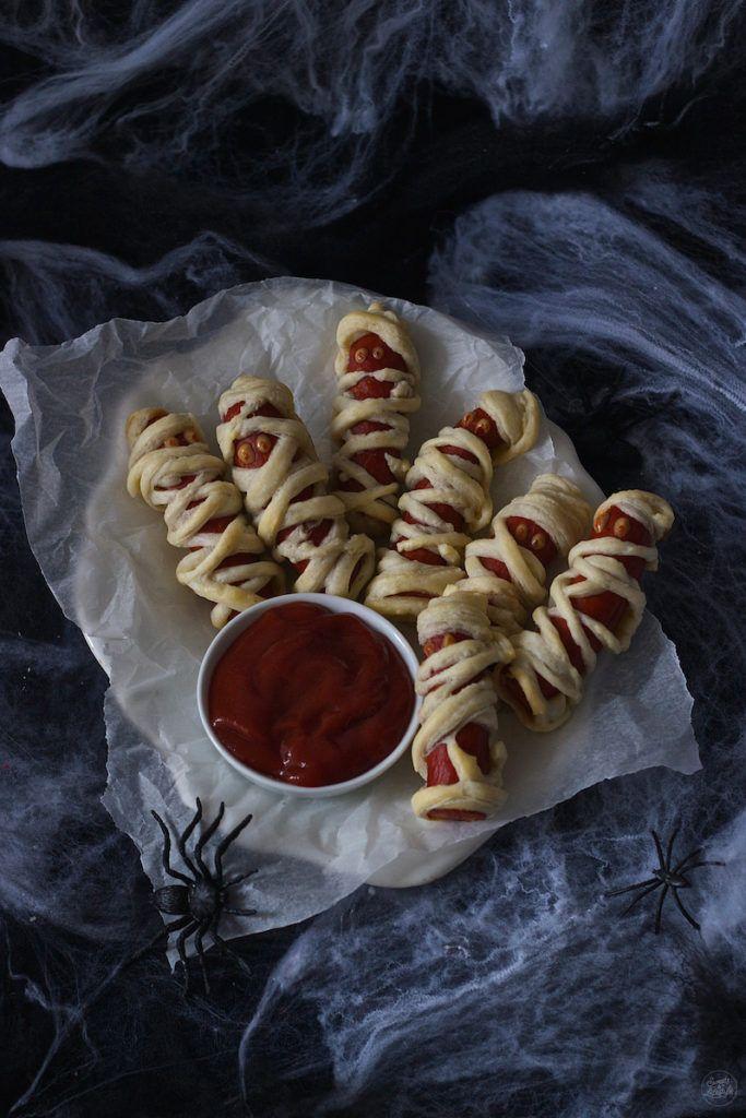 Wurst Mumien (Würstchen im Schlafrock) serviert mit Senf und Ketchup als Fingerfood zu Halloween von Sweets & Lifestyle