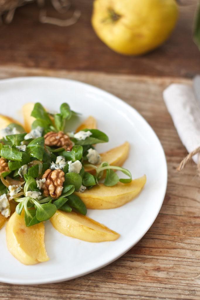 karamellisierte Quittenspalten in einem Vogerlsalat mit Blauschimmelkäse und Walnüssen von Sweets & Lifestyle®