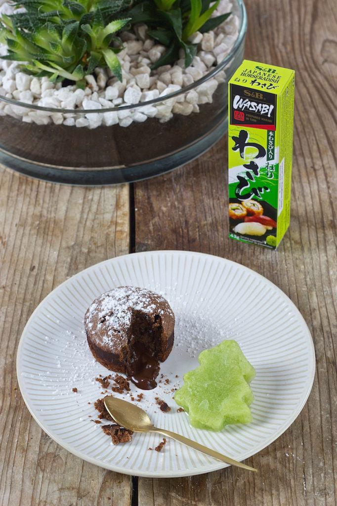 Schokokuchen mit flüssigem Kern und Gurken-Wasabi-Sorbet in Christbaumform von Sweets & Lifestyle®