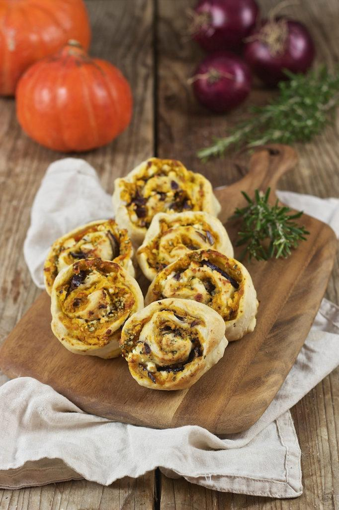 Pizzaschnecken gefüllt mit Kürbis, Feta, roten Zwiebeln und Rosmarin von Sweets & Lifestyle®