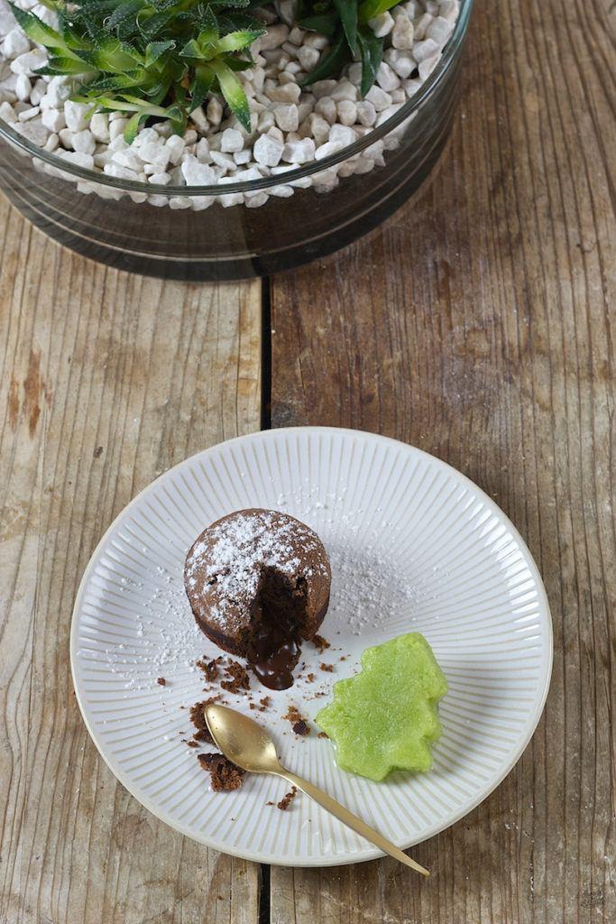 Schokokuchen mit flüssigem Kern serviert mit Gurken-Wasabi-Sorbet von Sweets & Lifestyle®