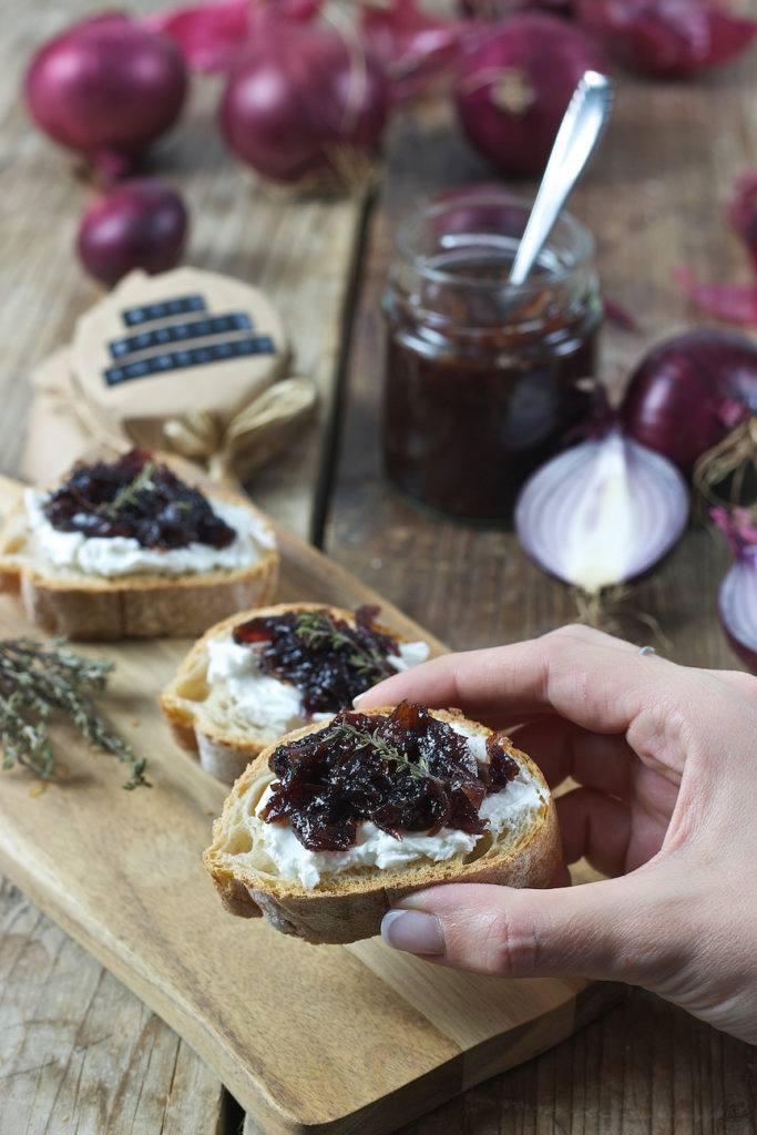 Brot mit Ziegenkäse und roter Zwiebelmarmelade von Sweets & Lifestyle®