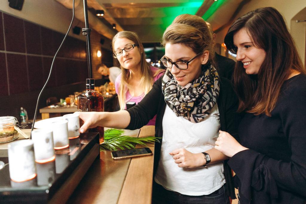 Die Bloggerinnen Verena Pelikan und Jasmin Fichtinger beim Jägermeister Foodpairing Event © Philipp Lipiarski / www.goodlifecrew.at