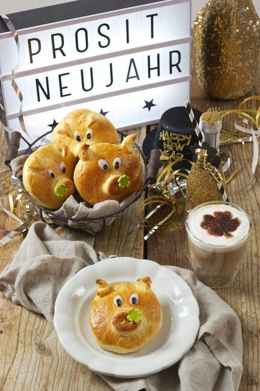 Glücksschwein aus Germteig als Neujahrsglücksbringer von Sweets & Lifestyle®