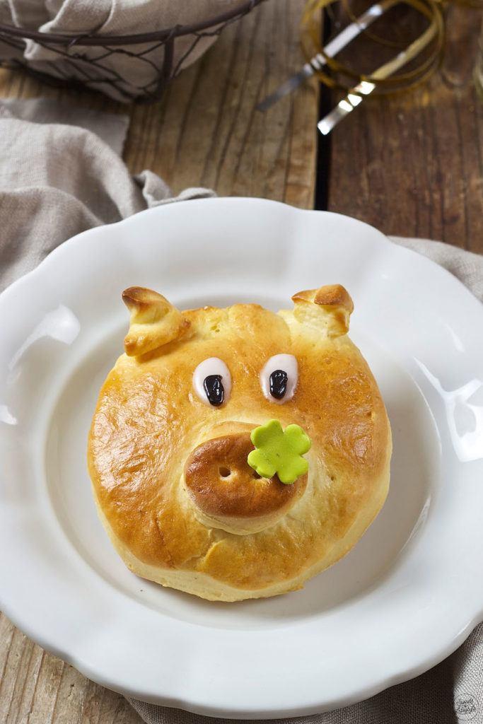 Glücksschwein aus Germteig als selbst gemachter Glücksbringer von Sweets & Lifestyle®