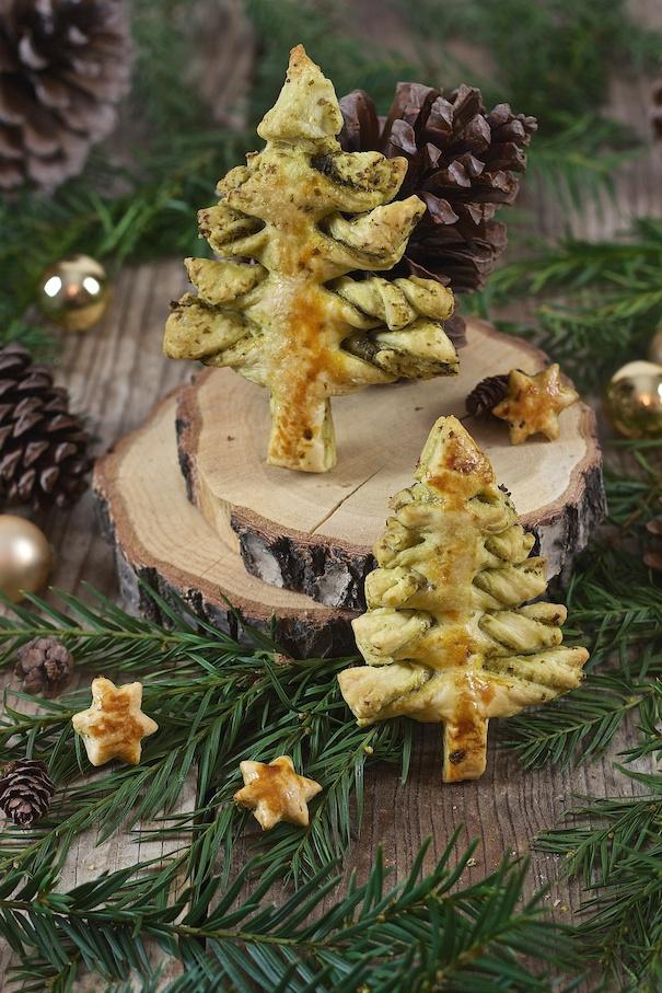 Pesto Blätterteig Weihnachtsbaum als weihnachtliche Vorspeise serviert von Sweets & Lifestyle®