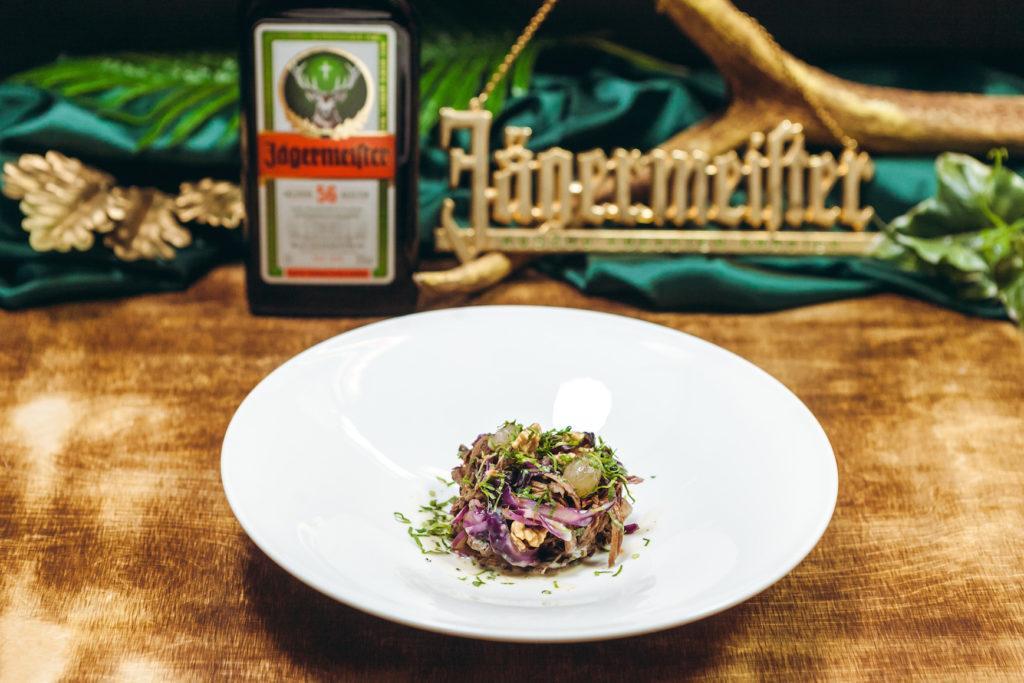 Pulled Wildporc Salat mit Rotkraut Walnüssen Trauben und Buttermilch Chili Dressing von Daniel Kraschl & Pierre Daniel Fragner