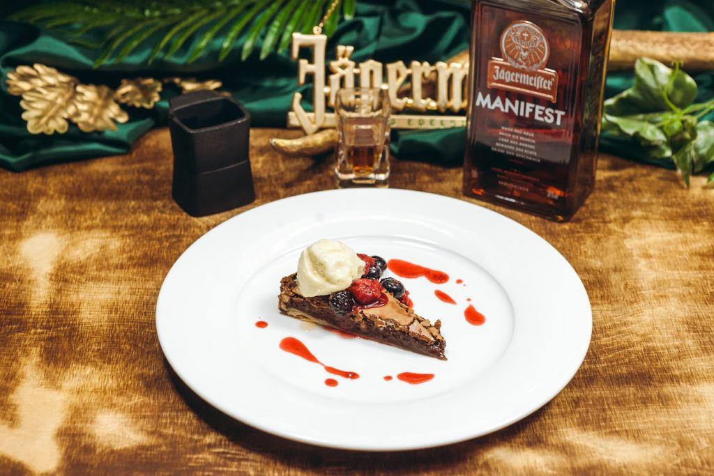 Schokotarte mit Rum Jägermeistertopf und Vanilleeis mit Zirbensirup von Daniel Kraschl & Pierre Daniel Fragner