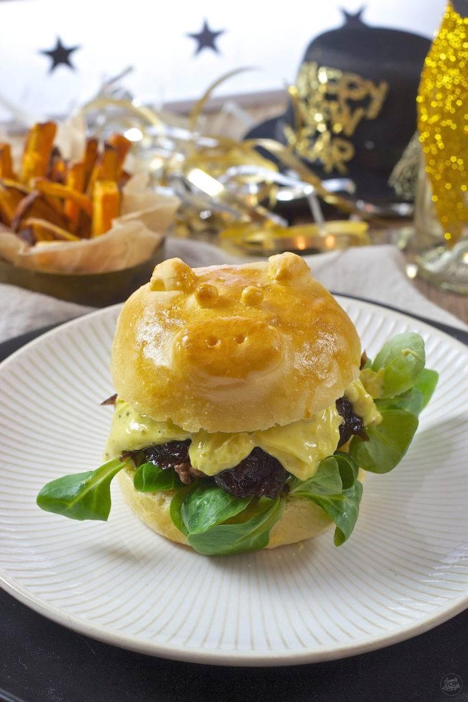 Schweinchen Burger mit Zwiebelmarmelade und Wasabimayo als Silvester Burger von Sweets & Lifestyle®