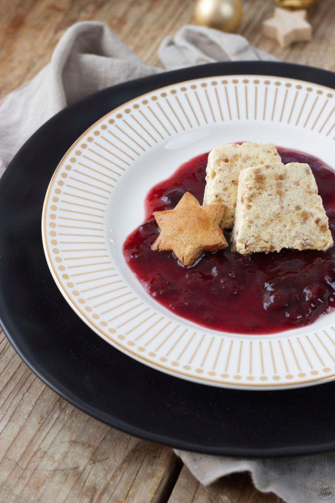 elbst gemachtes Lebkuchenparfait mit Rotweinzwetschgen von Sweets & Lifestyle®