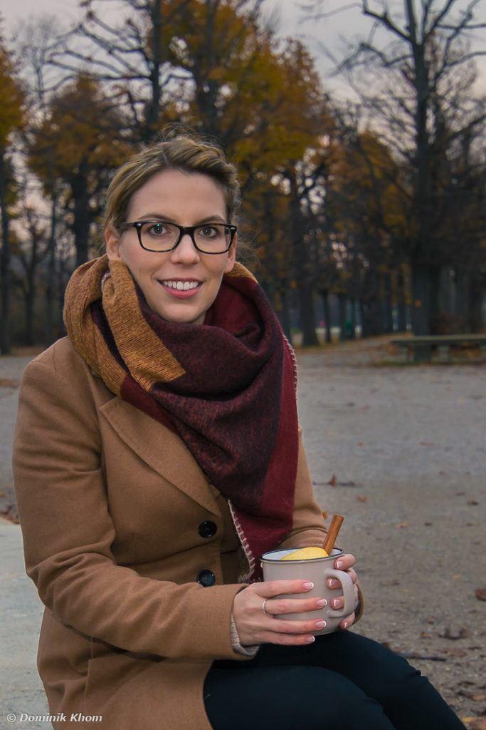 Verena Pelikan Autorin des Buches Punsch Glögg und heißer Kakao mit einem ihrer selbst kreierten Heißgetränke