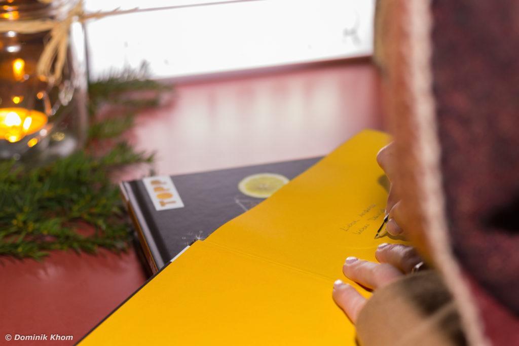 Verena Pelikan beim Signieren ihres Buches Punsch Glögg und heißer Kakao bei der Buchpräsentation ihre Buches auf der Terrasse des Restaurants Heuer am Karlsplatz in Wien