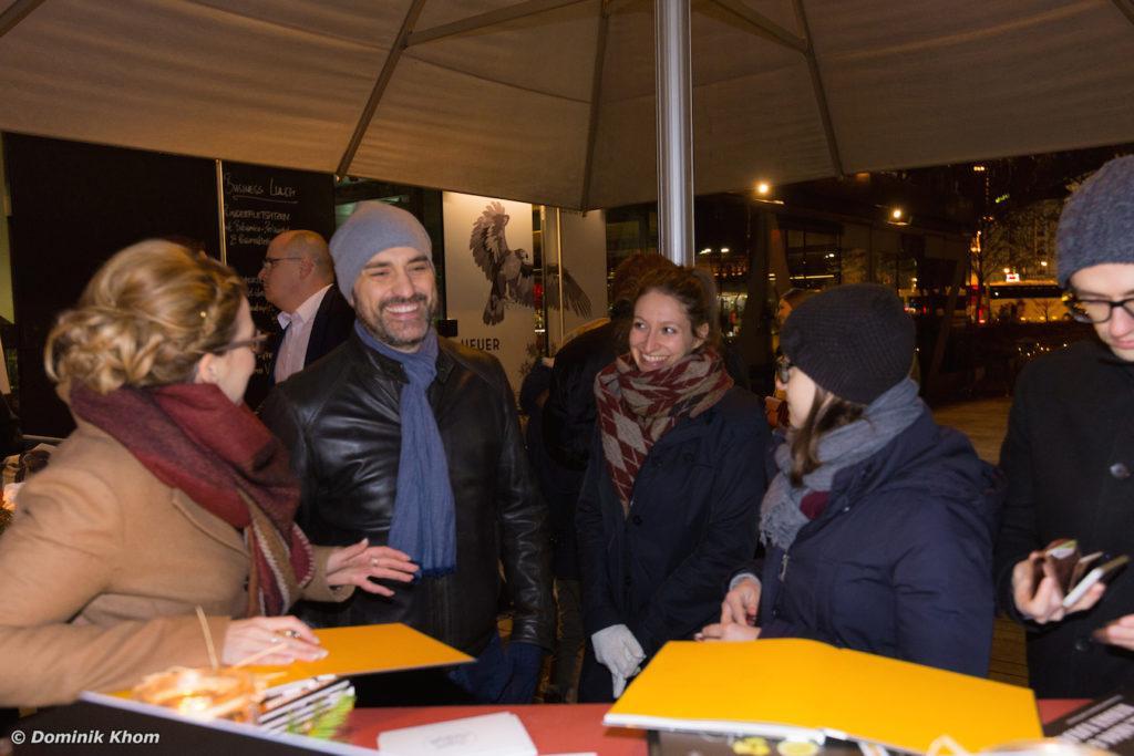 Verena Pelikan mit Gästen bei der Buchpräsentation ihres Buches Punsch Glögg und heißer Kakao im Szenerestaurant Heuer am Karlsplatz in Wien