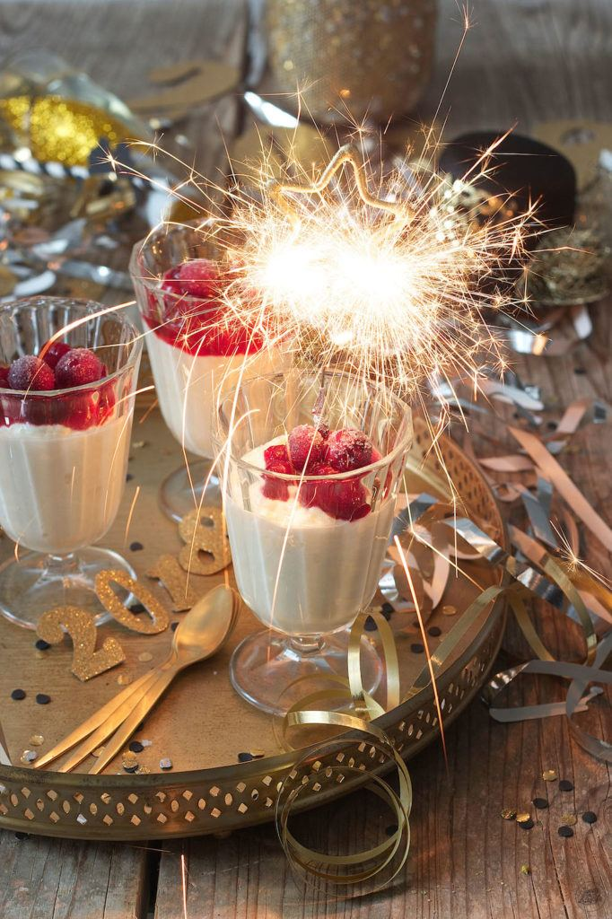 Weißes Schokoladenmousse ohne Ei mit Cranberrysauce als Silvesterdessert von Sweets & Lifestyle®